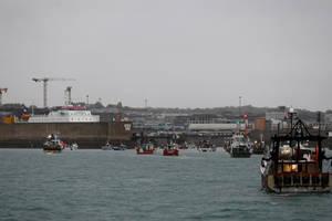 6 mai 2021: vase de pescuit franceze în fata portului Saint-Hélier, capitala insulei Jersey, protesteazà contra conditiilor de pescuit impuse pescarilor francezi dupà Brexit.