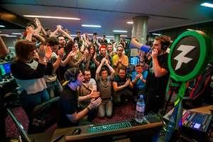 Jucatorii francezi de jocuri video în momentul în care au aflat ca au reusit sa stranga 1,1 milioane de euro, 12 noiembrie 2018. Banii vor fi donati asociatiei Medici fara Frontiere.