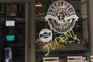 Inscriere antisemità pe vitrina unui restaurant parizian