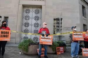 Manifestanti protesteazà contra executiilor capitale federale, în fata departamentului de stat al Justitiei de la Washington, 10 decembrie 2020.