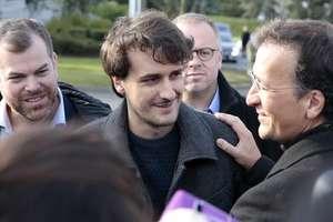Jurnalistul francez Loup Bureau întâmpinat pe aeroportul Roissy de tatàl sàu si de secretarul general al asociatiei Reporteri fàrà frontiere, 17 septembrie 2017