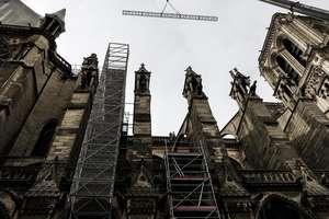 Lucrari puteau fi vazute la catedrala Notre Dame, Paris, la o saptamâna dupa incendiul care a distrus turla si acoperisul importantului edificiu, 23 aprilie 2019.