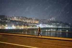 Un pod pustiu din Lyon, înaintea intràrii în vigoare a restrictiilor de circulatie nocturnà, 16 ianuarie 2021.