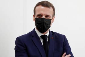 Emmanuel Macron, presedintele Frantei, într-un centru de vaccinare din periferia Parisului.