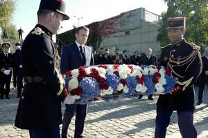 Presedintele francez Emmanuel Macron depune o coroanà de flori în memoria victimelor algeriene al represiunii din 17 octombrie 1961.