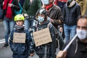 Manifestanti împotriva purtării măștii sanitare de către copii, pe 7 noiembrie 2020, la Toulouse.
