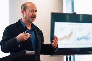 Climatologul american Michael E. Mann vorbind în fata unor reprezentanti ai lui Sydney Environmental Institute, martie 2020.