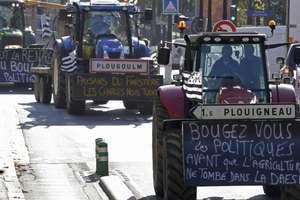 Mii de agricultori francezi au defilat cu tractoarele lor în septembrie 2015 la Paris pentru a denunta scaderea constanta a veniturilor lor