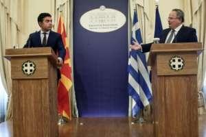 Ministrul de Externe macedonian Nikola Dimitrov(stanga) si omologul grec Nikos Kotzias în timpul unei întâlniri ce a avut loc la Skopje, 14 iunie 2017