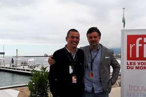 Regizorul Càtàlin Mitulescu (în dreapta), membru al juriului scurtmetraje si Cinéfondation anul acesta la Cannes, în studioul (exterior) RFI, alàturi de Vasile Damian