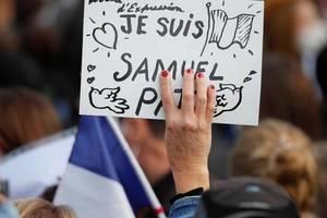Numerosi manifestați aflați duminica în Place de la Republique din Paris, s-au întrebat ce influenta au avut rețelele sociale în decapiarea profesorului Samuel Paty.