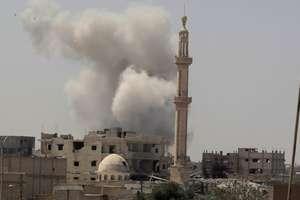 O coloana de fum se poate observa deasupra orasului Rakka, Siria, 20 august 2017