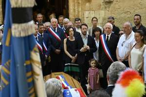 Omagiu adus primarului din Signes, Jean-Mathieu Michel, 9 august 2019, ucis în timp ce încerca sa împiedice descarcarea ilegala a unor deseuri din constructii în comuna sa din Var.