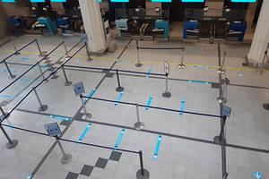 Pe aeroportul din Nantes poate fi observat un marcaj pe sol pentru a putea fi mentinuta o distanta fizica între calatori. Putini sunt cei care au calatorit însa de la aparitia epidemiei de coronavirus