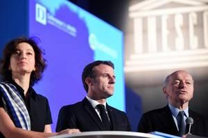 Presedintele Emmanuel Macron alaturi de Jacques Toubon - specialist în drepturile copilului si Audrey Azoulay, directoarea generala a UNESCO, Paris, 20 noiembrie 2019.