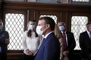 Presedintele Frantei, Emmanuel Macron într-un birou de vot la cel de-al doilea tur al alegerilor municipale, unul organizat cu o întârziere de trei luni si jumatate din cauza pandemiei de coronavirus, Touquet, 28 iunie 2020.