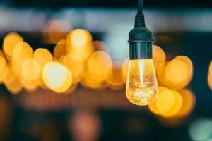 Pretul noilor energii, verzi, îl influenteaza pe cel al energiilor poluante - sustine un specialist în energii, profesorul Jean-Pierre Favennec.