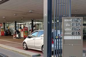 Preturile la carburant, afisate într-o benzinarie din Paris, 14 octombrie 2021.
