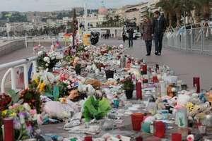 Promenade des Anglais a fost luni intregi acoperita cu flori si lumanari ca omagiu adus victimelor atentatului de pe 14 iulie 2016