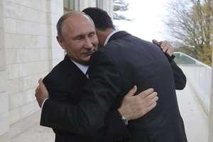 Bashar al-Assad, presedintele Siriei, în bratele omologului sàu rus Vladimir Putin, la Soci pe 20 noiembrie 2017