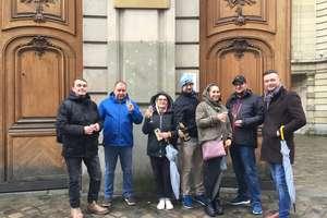 Români sarbatoresc cu un pahar de sampanie la Ambasada României din Paris pentru ca au reusit sa voteze în cadrul alegerilor prezidentiale.