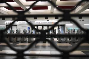 Statiile de metrou din Paris au ramas închise începând de joi 5 decembrie. Circula normal doar doua linii de metrou, acestea fiind complet automatizate.