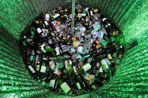 Sticla adunata pentru a fi reciclata, Godewaersvelde, nordul Frantei, ianuarie 2013.