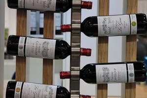 Sticle de vin francez la un târg de vinuri din Paris.