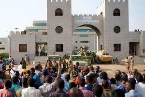 Sudanezii continua sa protesteze în fata Ministerului Apararii din capitala Khartoum, 12 aprilie 2019.
