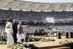 Cuplul Melania si Donald Trump îndrumati de premierul Narendra Modi spre scena stadionului din Ahmedabad, 24 februarie 2020