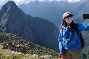 O inspectoare a guvernului peruan îsi face un selfie nu departe de Machu Picchu, citadela incasà din secolul XV, închisà turistilor din cauza epidemiei de Covid-19, 15 iunie 2020.