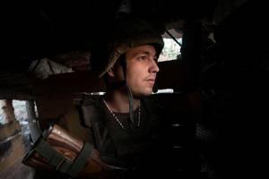 Un militar ucrainean pe linia de front lângà Novotoshkivske, în regiunea Lugansk, 27 juillet 2020.