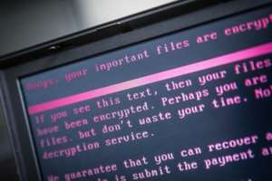 Un laptop infectat cu un virus în cadrul unui atac informatic mondial, iunie 2017.
