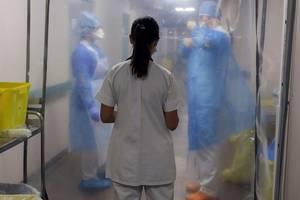 Un medic se întretine cu personalul medical de la unitatea dedicata pacientilor bolnavi de Covid-19 de la Spitalul Laveran din Marsilia, septembrie 2020.