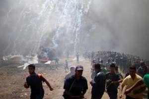 Violente au loc între manifestanti palestinieni si soldati israelieni la frontiera cu fasia Gaza, 14 mai 2018, dupa ce ambasada americana a fost mutata de la Tel Aviv la Ierusalim