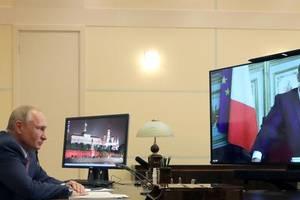 Vladimir Putin si Emmanuel Macron într-o videoconferinta.