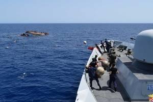 Marina italiană salvînd migranţi în largul coastelor libiene în mai 2016.