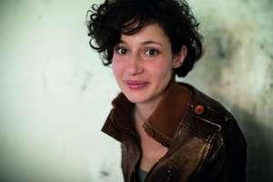 """Alice Zeniter, premiul Goncourt al liceenilor pe 2017 pentru romanul """"Arta de a pierde""""."""