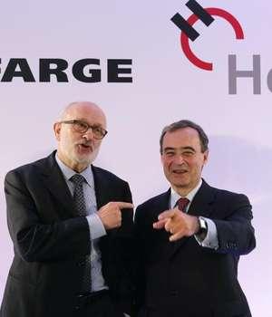 Rolf Soiron, presedinte al firmei Holcim, si Bruno Lafont, presedinte al firmei Lafarge, pe 7 avril 2014 la Paris. Reuters