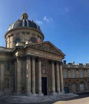 Academia francezà, creatà în 1635, defineste regulile limbii franceze si întocmeste un dictionar