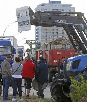 Agricultori alsacieni opresc si controleazà camioanele care vin din Germania