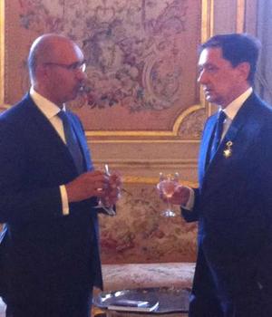 Bogdan Mazuru, ambasadorul României în Franta, decorat cu Ordinul Meritului de Harlem Désir, Secretarul de stat francez la Afaceri europene