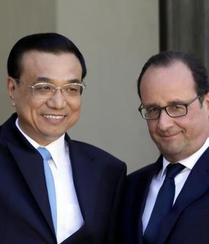 Primul ministru chinez Li Keqiang si presedintele francez François Hollande pe peronul de la l'Elysée