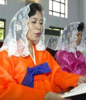 In cadrul unei biserici catolice din Pyongyang, Coreea de Nord în 2003