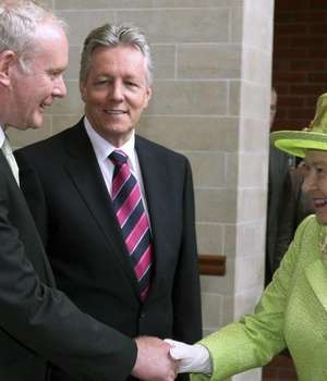 O strangere de maini istorica intre Martin McGuinness si regina Elisabeta a II-a, în 2012