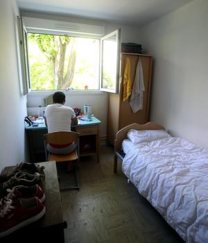 Un tânàr migrant în camera sa din càminul asociatiei France Terre d'asile de la Créteil