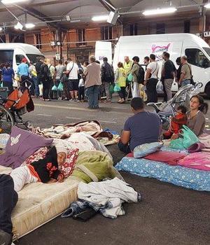 Romii din Montreuil preferà sà doarmà în stradà decât în camerele care li s-au oferit la 30-40-50 de km depàrtare