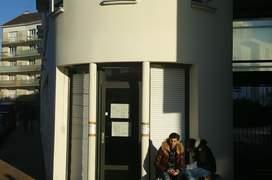 Intrarea în sectia de votare nr. 87 de la Romainville, periferia esticà a Parisului