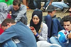 Mulţi dintre ei nu au decât hainele de pe ei, dar au telefoane mobile cu care păstrează legătura de multe ori cu familia sau prietenii care sunt pe acelaşi traseu