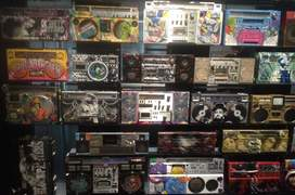 Instalatie artisticà din radio-casetofoane